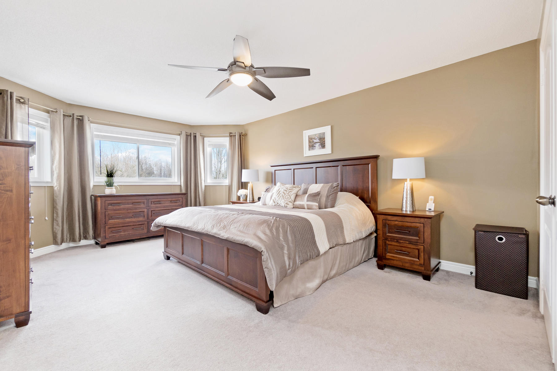Huge master bedroom with 2 closets and 4 pce ensuite